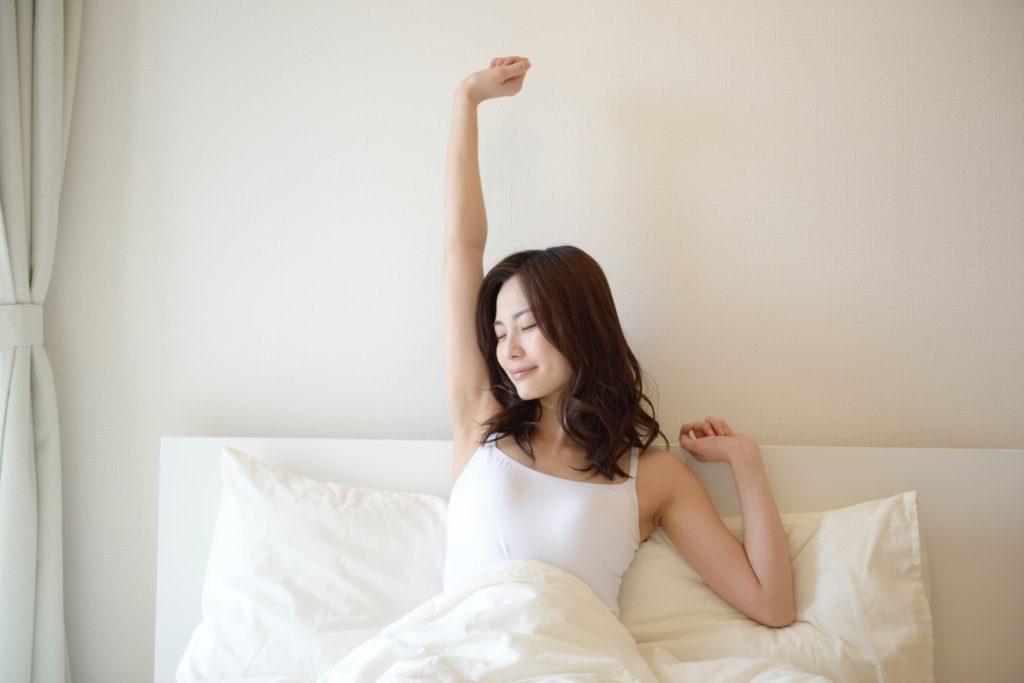 目覚めの女性
